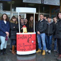 Još jednom o 8.martu: Srednjoškolci dijelili čestitke sugrađankama