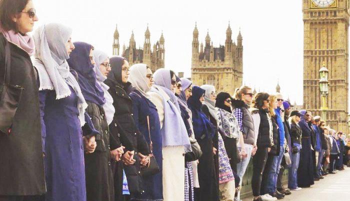 Muslimanke na mostu u Londonu u znak solidarnosti sa žrtvama