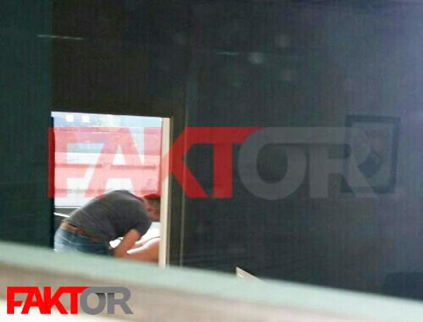 Skandal: Polugolu zaposlenicu UIOBiH kolega masira usred radnog vremena