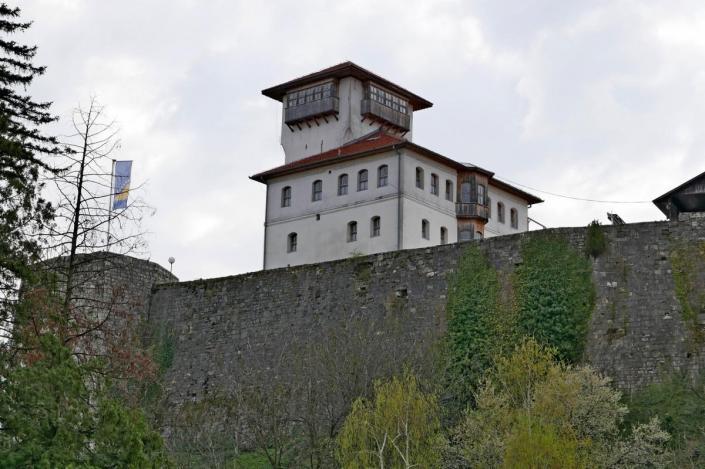 Alijin ili Trg kapetana Gradaščevića: U Vijeću Gradačca podnesena inicijativa da se trg preimenuje, a uskoro slijedi javna rasprava