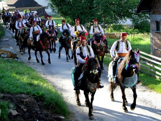 Sarajevski konjanici obučeni u nošnju iz 16. vijeka krenuli u pohod na Ajvatovicu