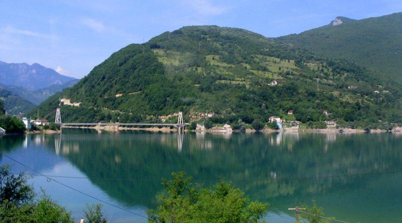 Naftna mrlja na dva mjesta u Jablaničkom jezeru