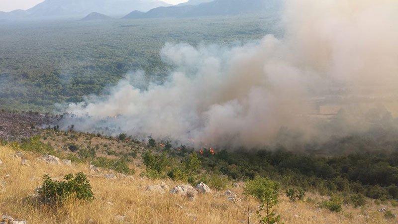 Helikopter OS BiH gasi požar u općini Trebinje