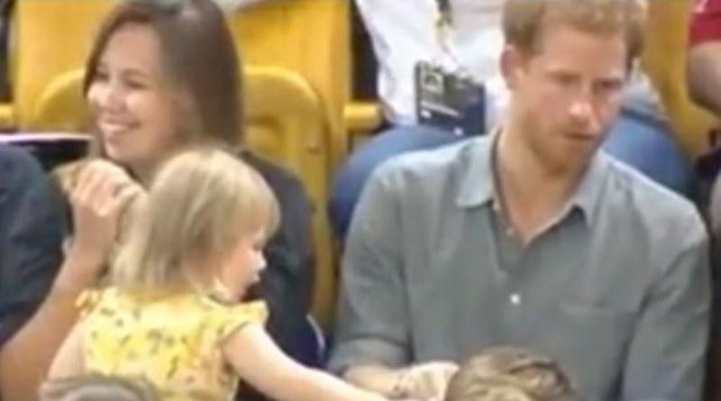 Djevojčica krala kokice princu Harryju, svi pričaju o njegovoj reakciji /VIDEO/