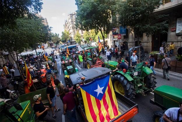 Katalonija: Velika politička kriza, zauzeli škole, traktorima zakrčili gradove