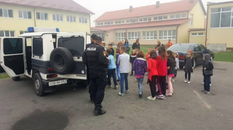 Gračanički policajci među učenicima osnovne škole Donja Orahovica