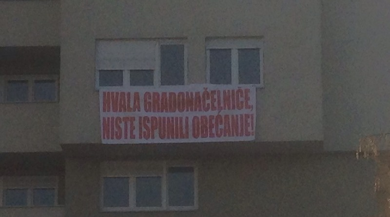 Na zgradi SPO 15. maj osvanuli transparenti
