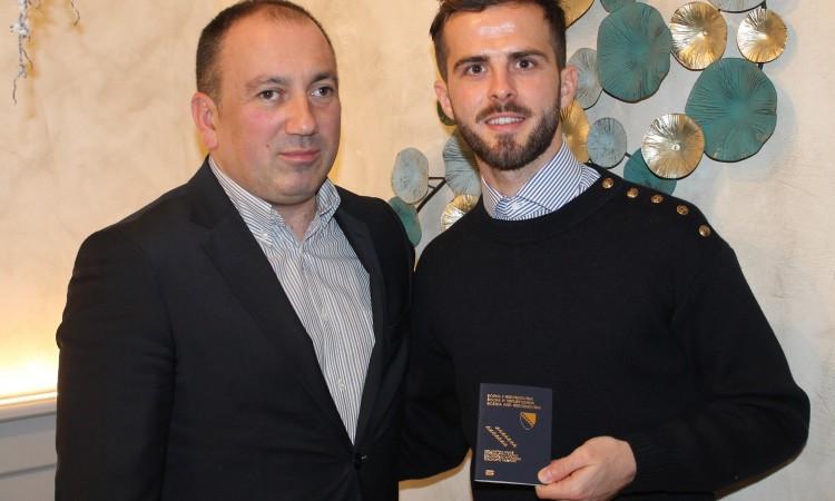 Crnadak uručio diplomatski pasoš Miralemu Pjaniću