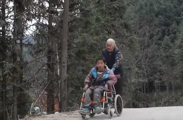 Svaki dan gura unuka u kolicima do škole 24 kilometra (VIDEO)