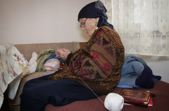 Baka Stana u 101. godini čita, hekla i plete