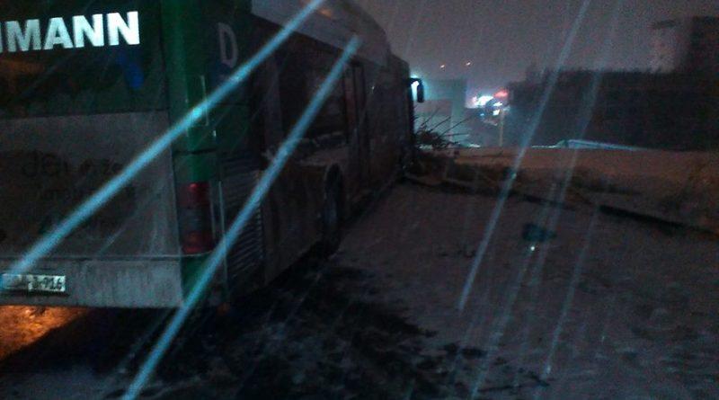 Tuzla: Autobus proklizao i udario u ogradu