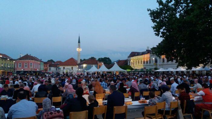Oko 2000 postača iftarilo na trgu u Tuzli