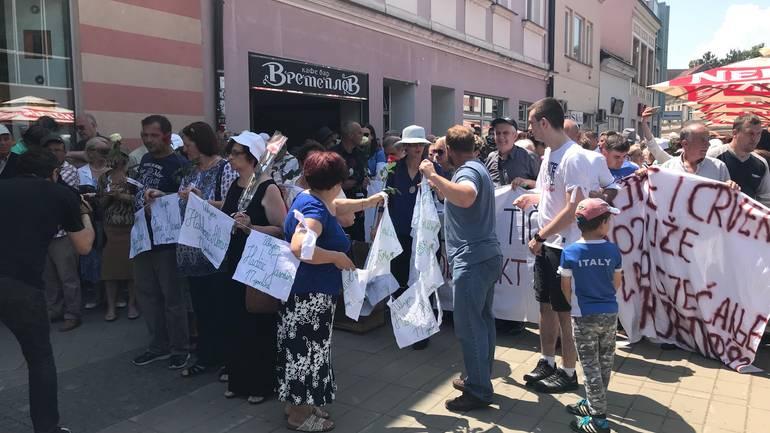 Bijele trake i ruže za ubijene u Prijedoru