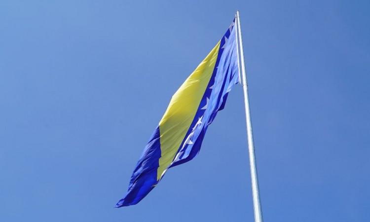 U Tešnju podignuta najveća zastava Bosne i Hercegovine