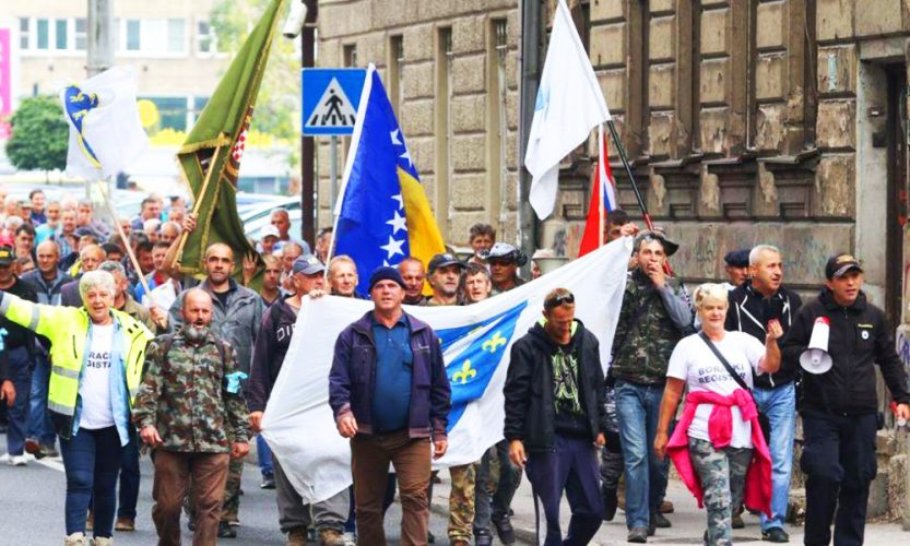 Nekoliko stotina boraca protestuje ispred zgrade Parlamenta FBiH