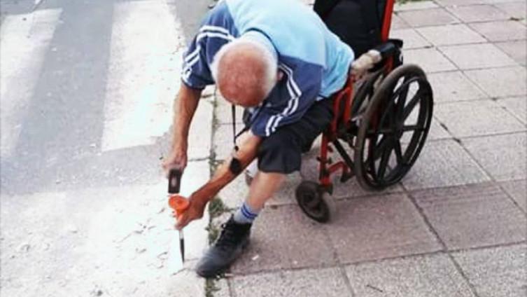 Invalid čekićem lupao ivičnjak da u kolicima može sići na ulicu