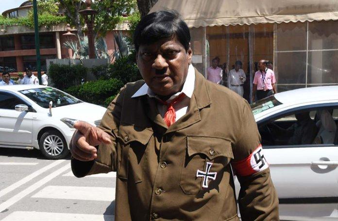 Zastupnik u Indiji u parlament došao obučen kao Hitler (VIDEO)