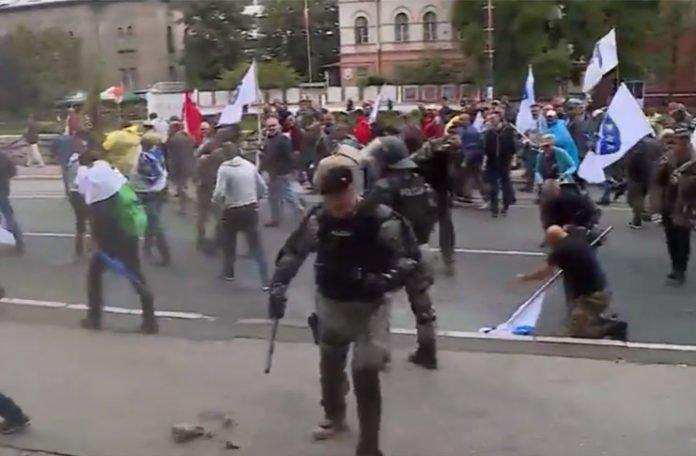 Tokom protesta u Sarajevu došlo do sukoba boraca i policije