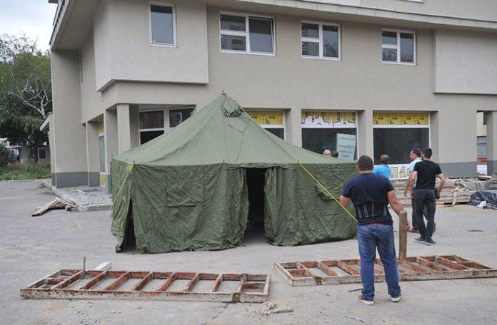 Kupci stanova u Tuzli podigli šator, useljenje čekaju devet godina