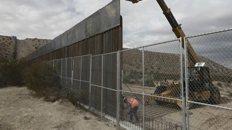 SAD raspoređuje 5.200 vojnika i 35 kilometara žilet žice na granici s Meksikom