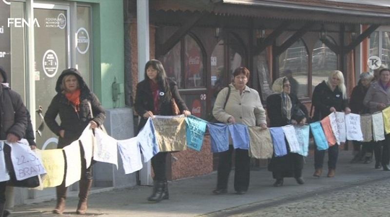 """Mirni protesti """"Žena Srebrenice"""" u Tuzli"""