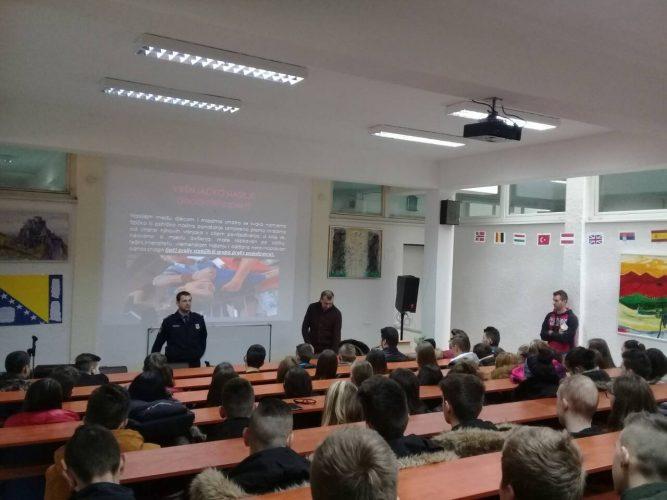 Policajci održali edukativno predavanje srednjoškolcima u Srebreniku