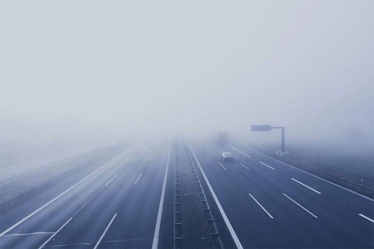 Vozači oprez, na dionicama uz riječne tokove smanjena vidljivost zbog magle