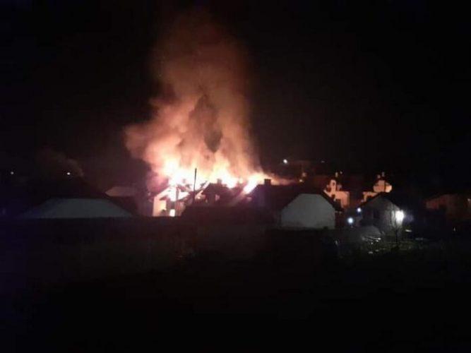 Radna noć za tuzlanske vatrogasce: Ugašen požar na tri objekta u Mihatovićima