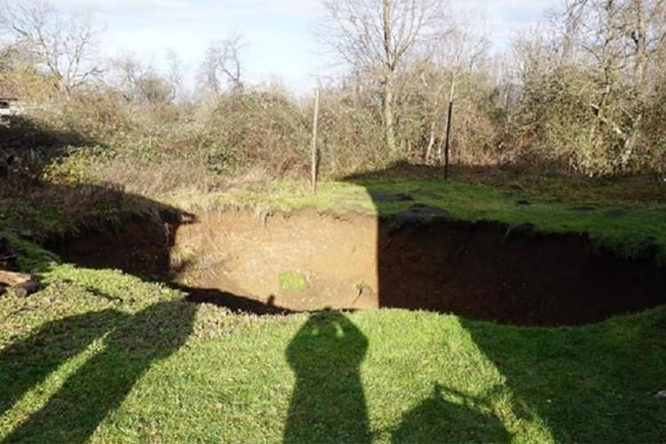 Kod Petrinje se pojavljuju ogromne rupe u zemlji