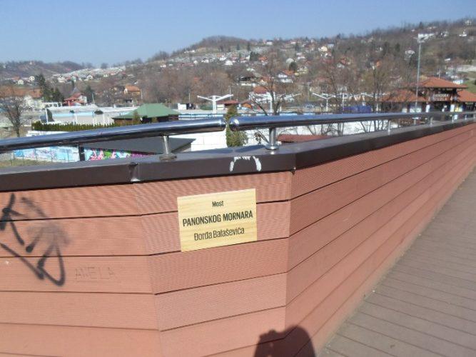 """Ploča sa natpisom """"Most panonskog mornara Đorđa Balaševića"""" ponovo na tuzlanskom mostu"""