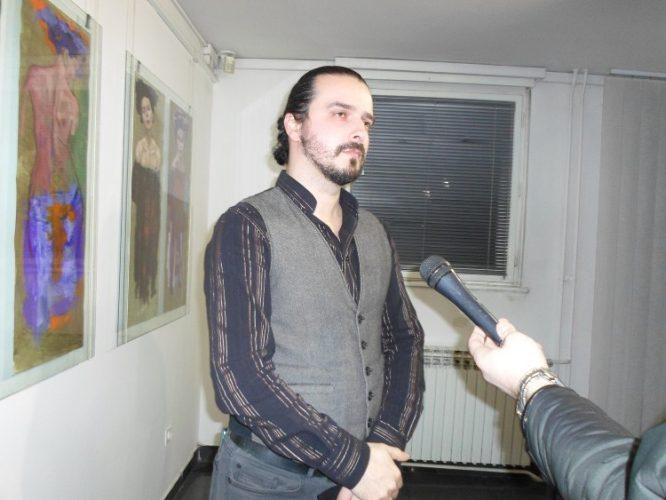 "Izložba ""Mi karijatide i atlanti"", autora Adisa Lukača svečano otvorena u Kući i ateljeu Ismet Mujezinović Tuzla"