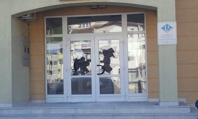 Muškarca koji je razbio stakla na Elektordistribuciji u Sapni snimile kamere