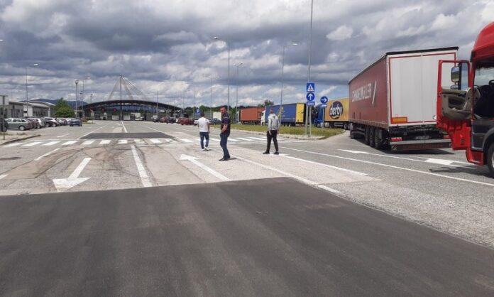Kilometarska kolona na Graničnom prijelazu Izačić zbog odluke Republike Hrvatske