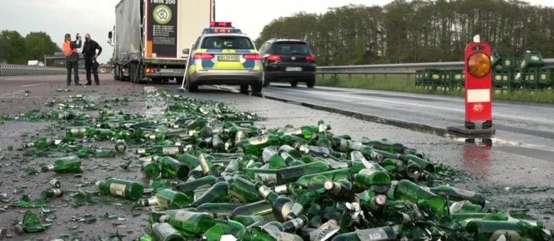 Vozač kamiona izgubio veliki tovar piva na auto-putu